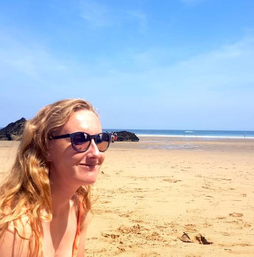testing out the sungod sierras review adventureproof and polarized rose lesnes on the beach in cornwall